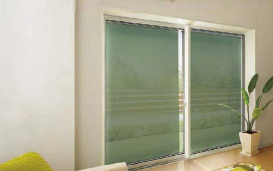 シェードによりエアコン効率を高め、冷房費を軽減した部屋