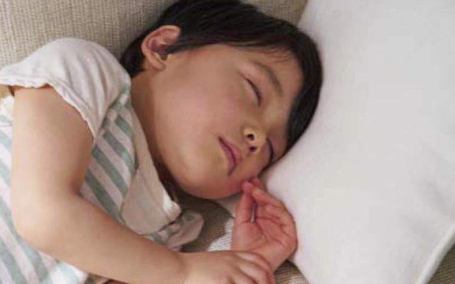 熱中症対策がされた部屋で眠る子供
